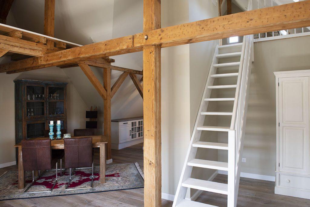 Wohnraum mit Aufgang zum Schlafbereich im Falkennest