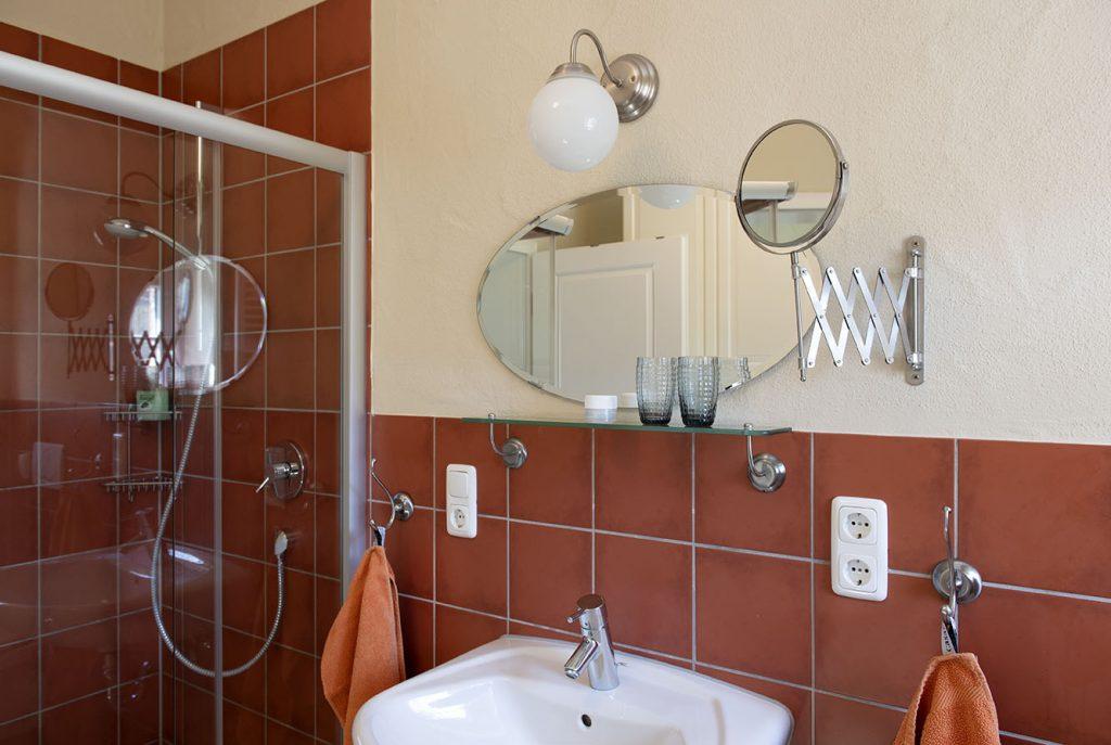 Waschbecken mit Blick auf die Dusche