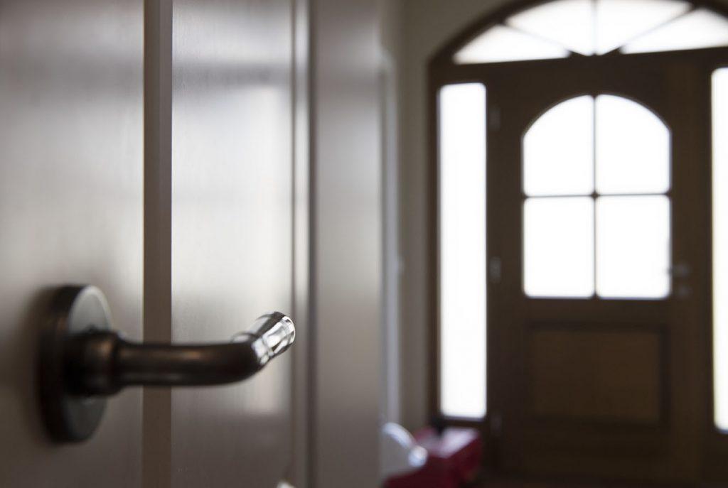 Blick aus dem Bad in den Eingangsbereich