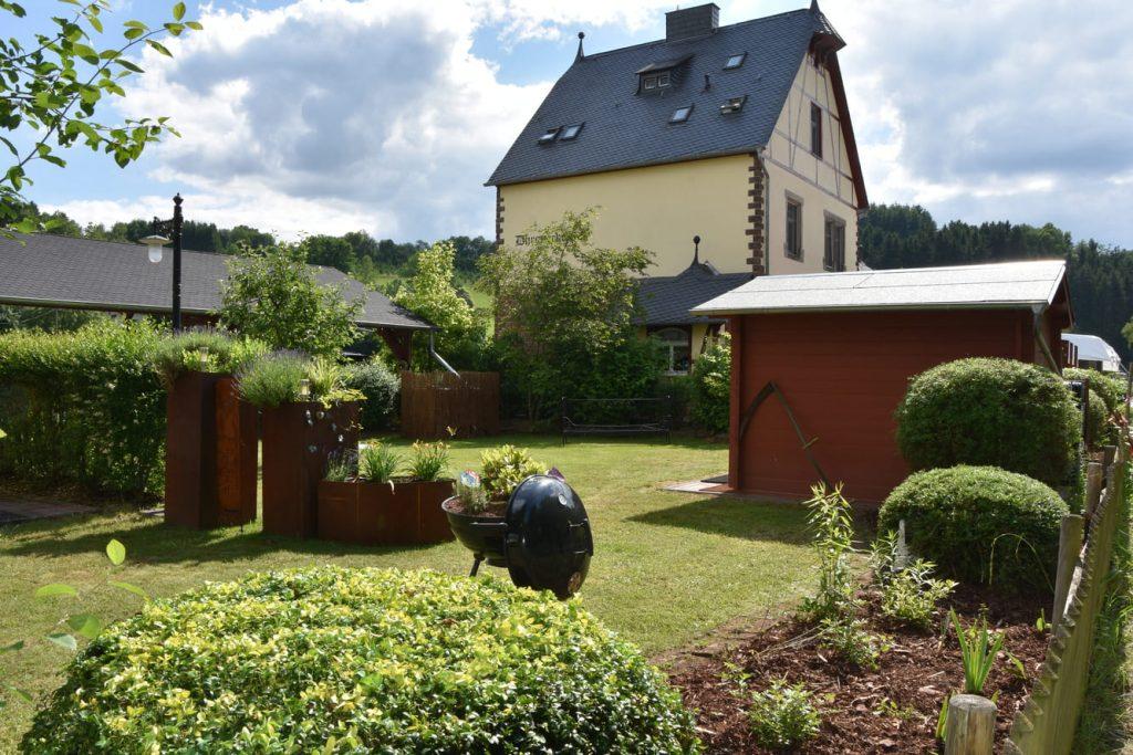 Im Garten mit Blick auf das Haupthaus