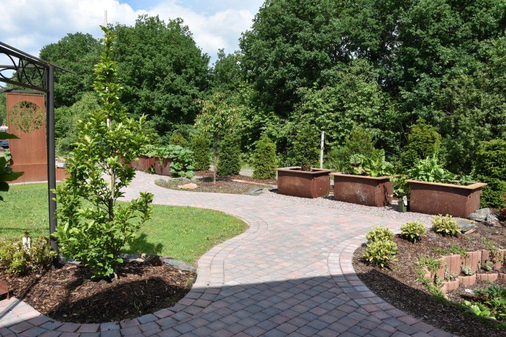 Hochwertig angelegt und bepflanzter Garten